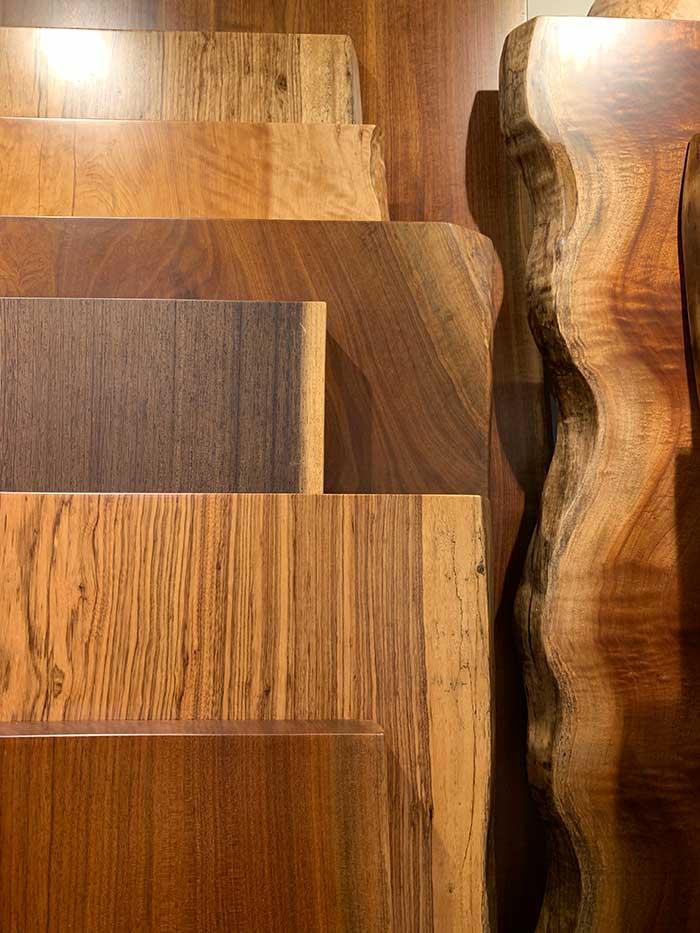様々な形や色、木目の一枚板