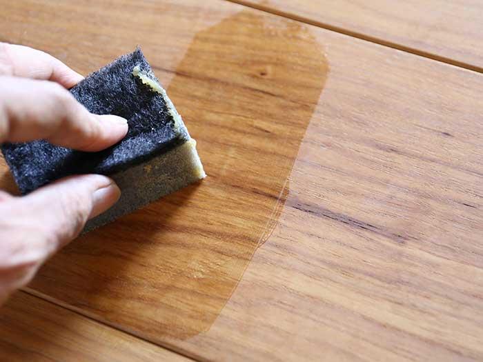 蜜蝋ワックスを無垢材に塗る