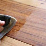 乾いた無垢材のテーブルに蜜蝋ワックスを塗ったらしっとりすべすべになったよ!
