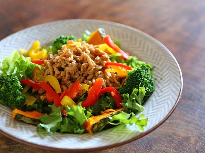 緑黄色野菜のそぼろサラダ