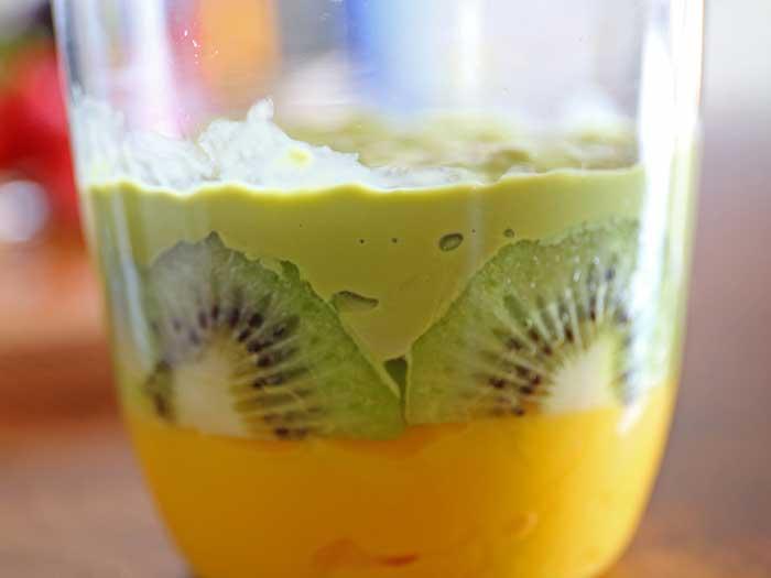 フルーツの隙間にもプリンをしっかり入れる