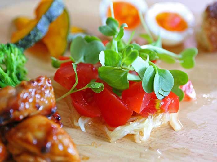 トマトの上にのっかったラディッシュ