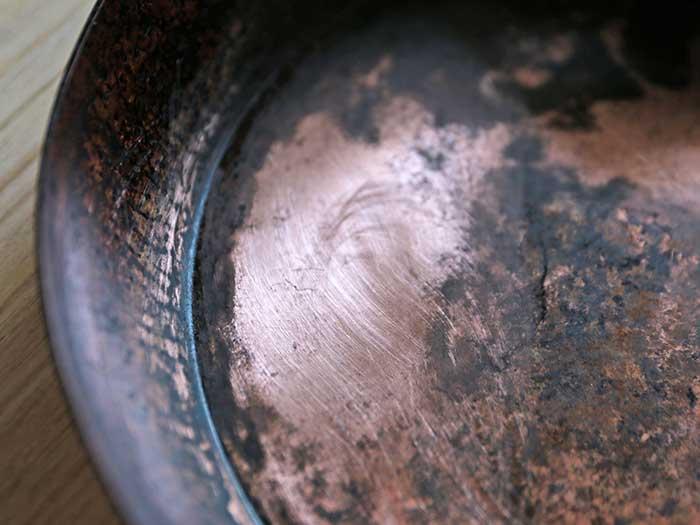 紙やすりをかけた後の銅のフライパン