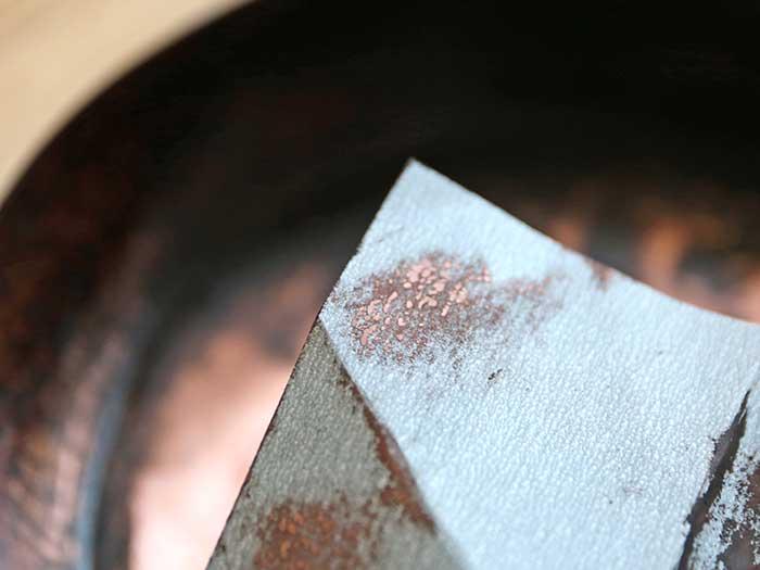 銅まで削り落としてる紙やすり