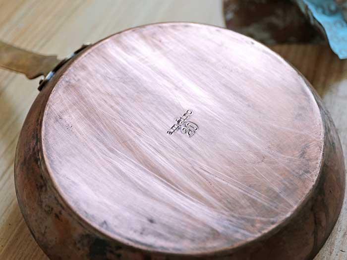 紙やすりで磨いた銅のフライパンの裏側